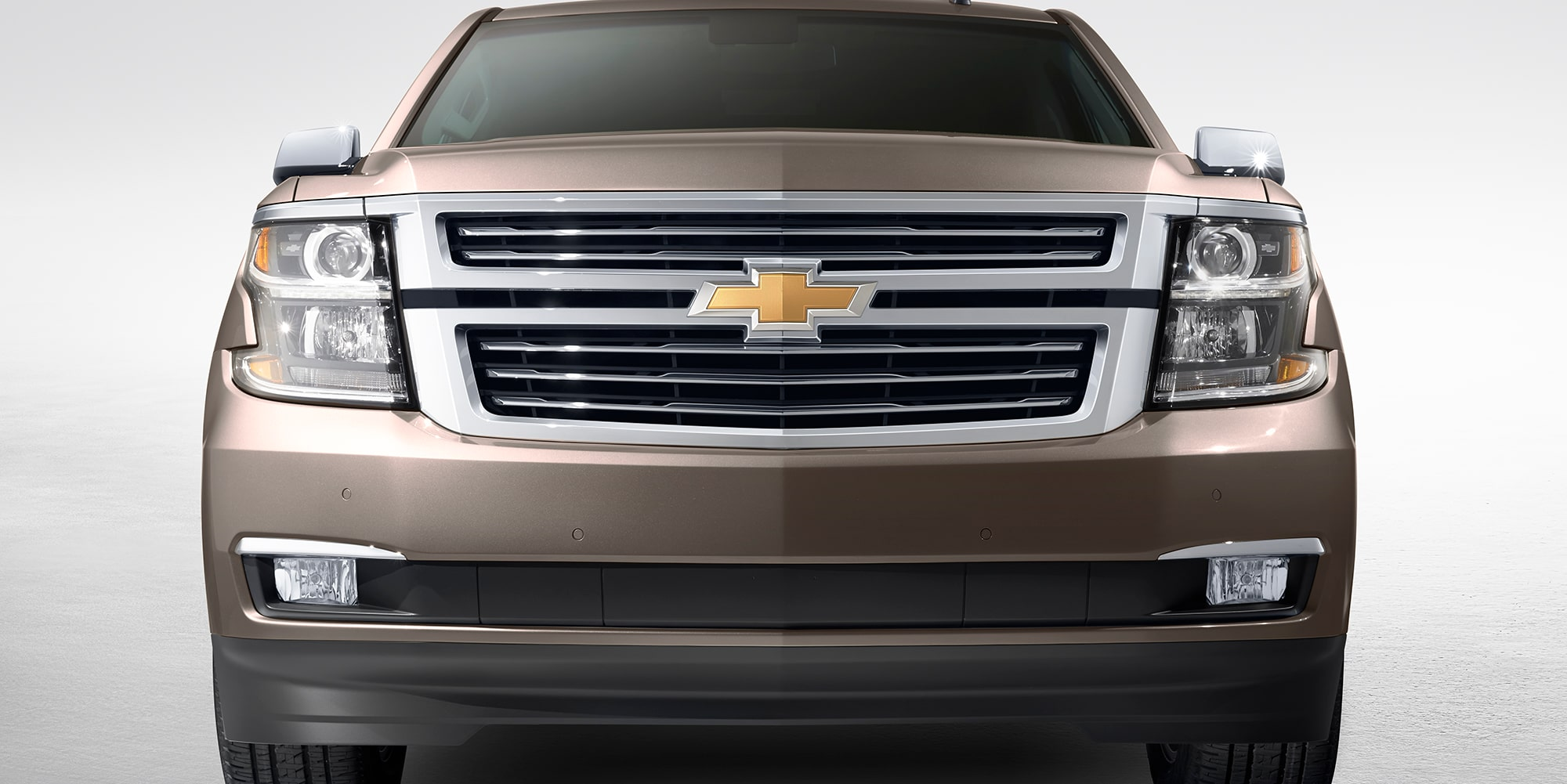 Doble parrilla cromada, faros de xenón de alta descarga con barra iluminada por LED componen la Chevrolet Suburban 2018