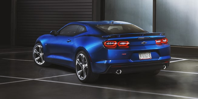 Chevrolet Camaro coupé 2020, deportivo con luces traseras intermitentes de advertencia y lámpara de advertencia de frenado