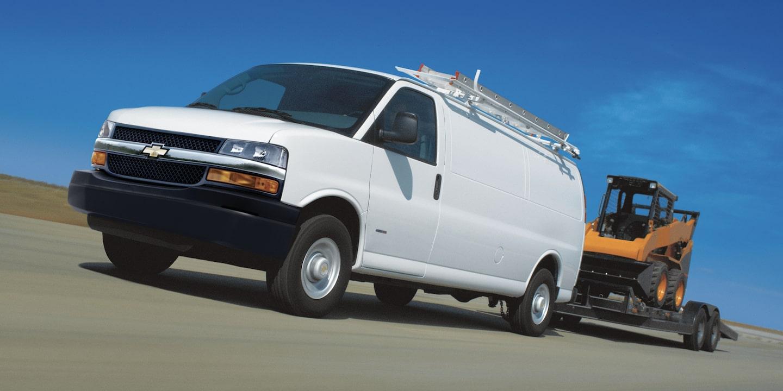 Chevrolet Express, camioneta van, con sensores de reversa, sistema Stabilitrak y frenos ABS en las 4 ruedas