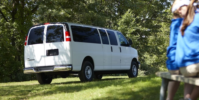 Chevrolet Express, camioneta van, con ventanas traseras abatibles hacia el exterior en puerta trasera