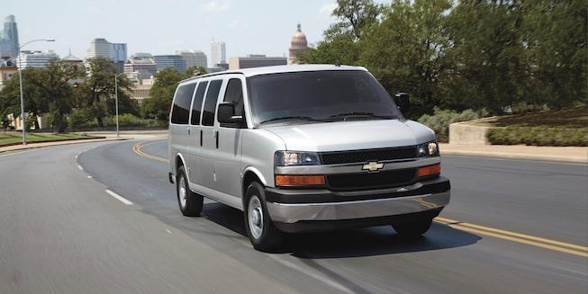 Chevrolet Express, camioneta van, con rines de acero de 16 pulgadas y tapones centrales cromados