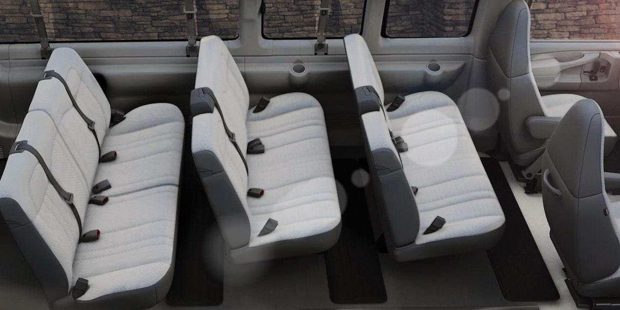 Chevrolet Express, camioneta van, con asientos para 12 pasajeros. Delanteros de cubo con respaldo alto, reclinables manualmente y descansabrazos