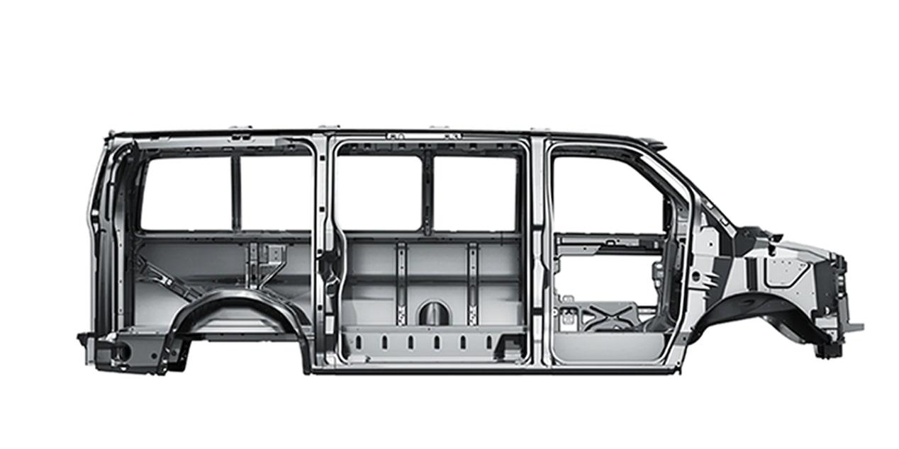 Chevrolet Express con barras de protección lateral contra impactos en puertas de conductor y pasajero, así como en puertas laterales de acceso