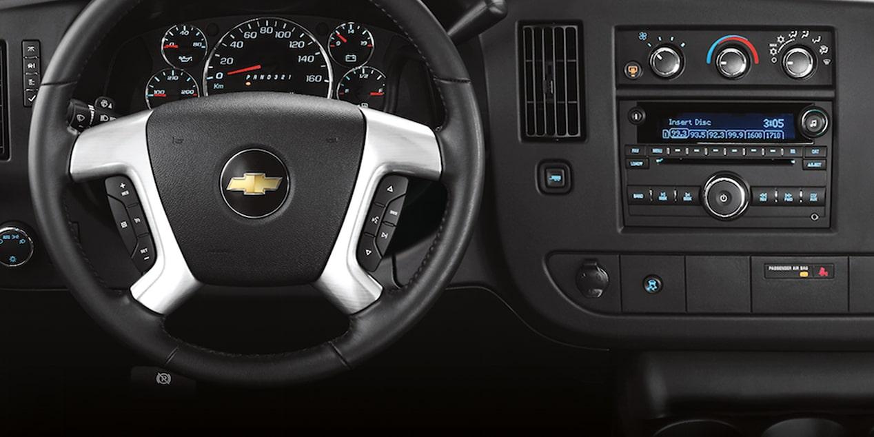 Chevrolet Express, camioneta van incluye indicador de presión de aire en llantas y panel de instrumentos análogo